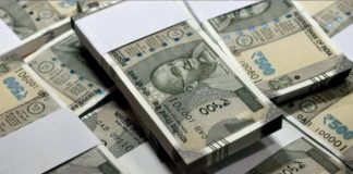 Thives throwing banknotes on the road in kotturpuram